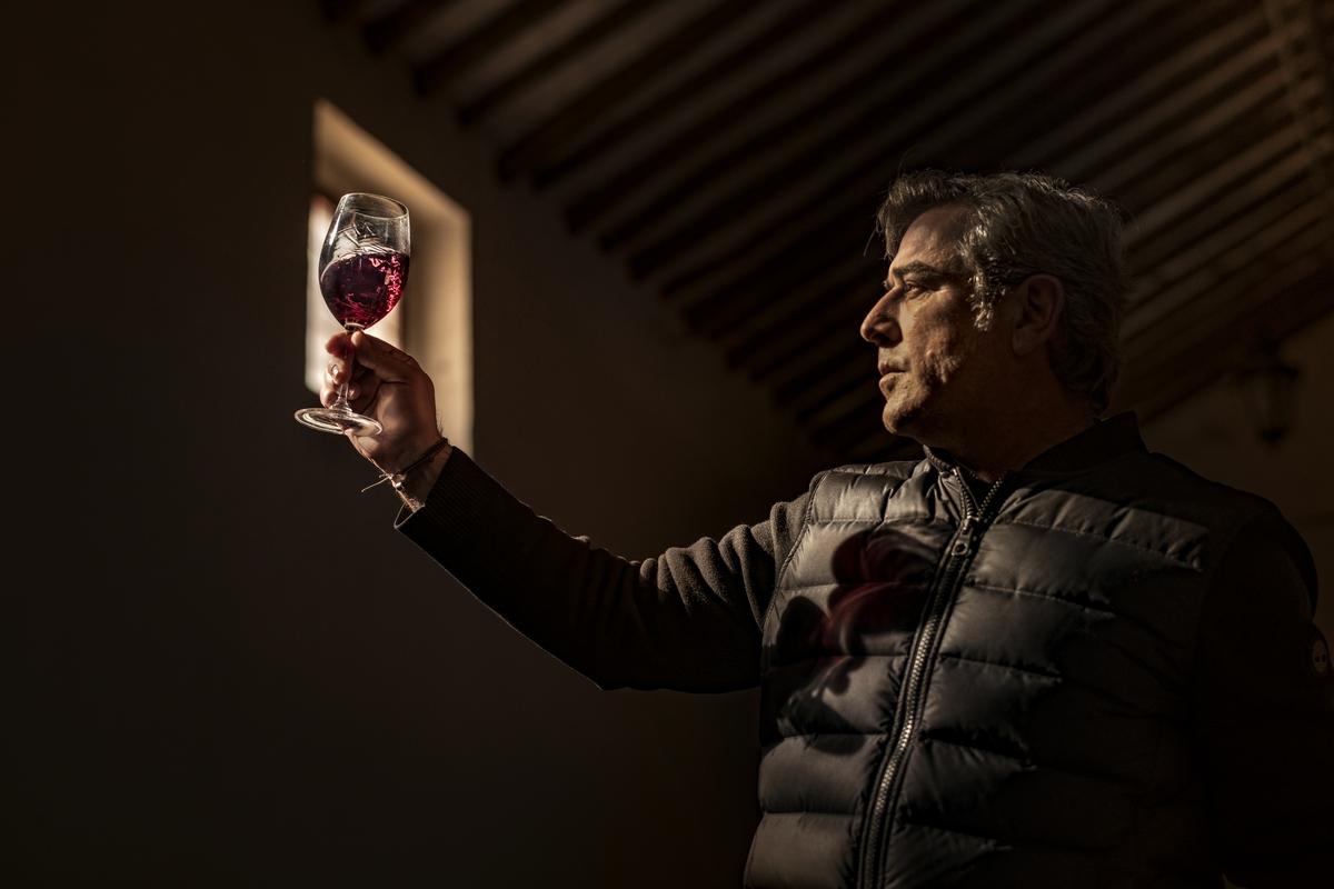 José María Vicente de Bodegas Casa Castillo observando una copa de vino tinto.