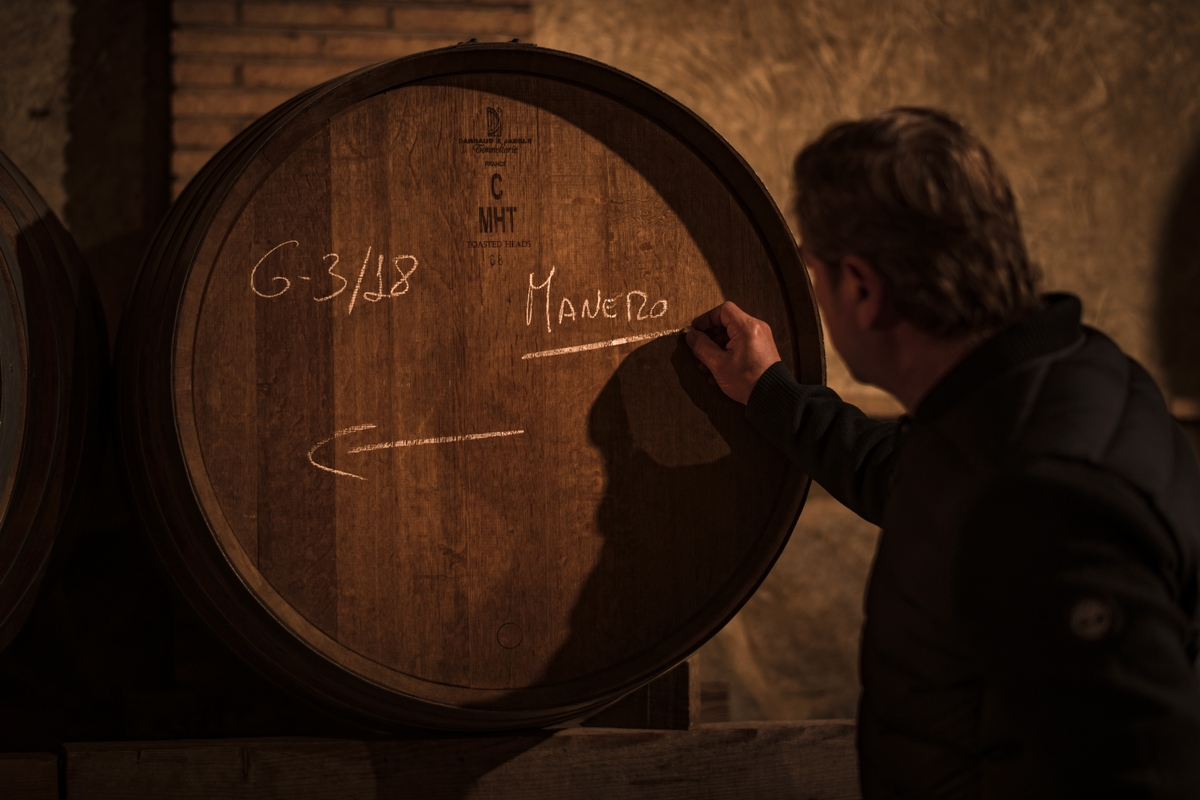 José María Vicente anotando en los barriles de vino de la bodega Finca Casa Castillo