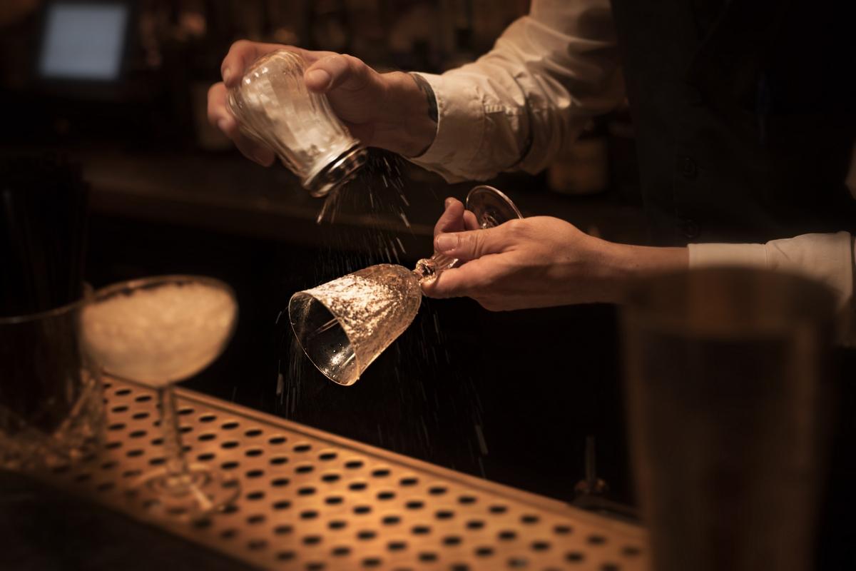 Glaseado de la copa para la preparación de un cocktail