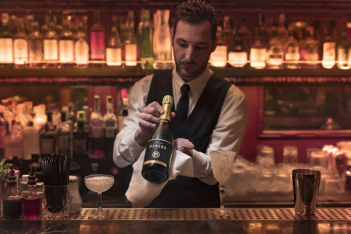 Barman presenta nuestra botella de Champagne MANERO